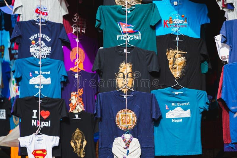 Turist- hänga för T-tröja som är till salu i Katmandu royaltyfri foto