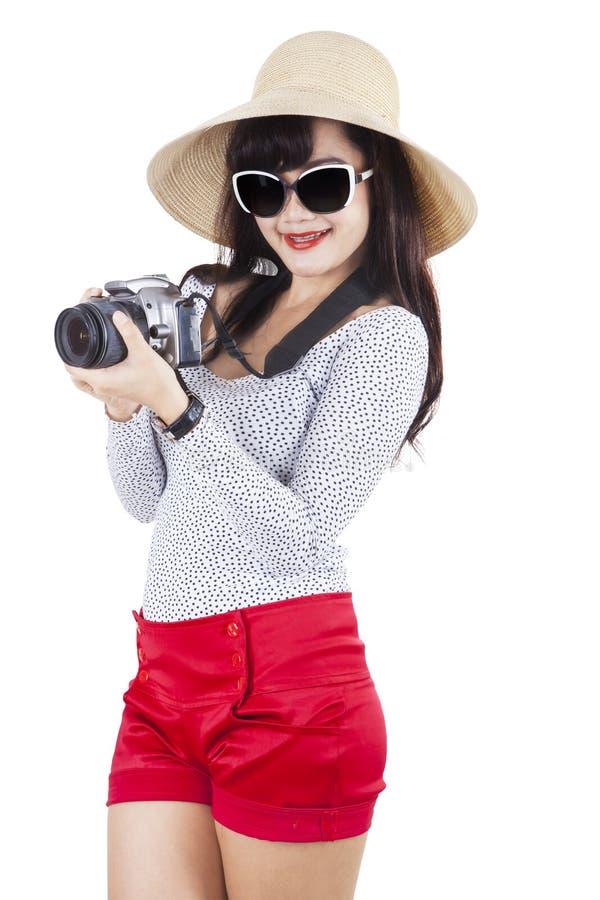 Turist- hållande dslrkamera fotografering för bildbyråer
