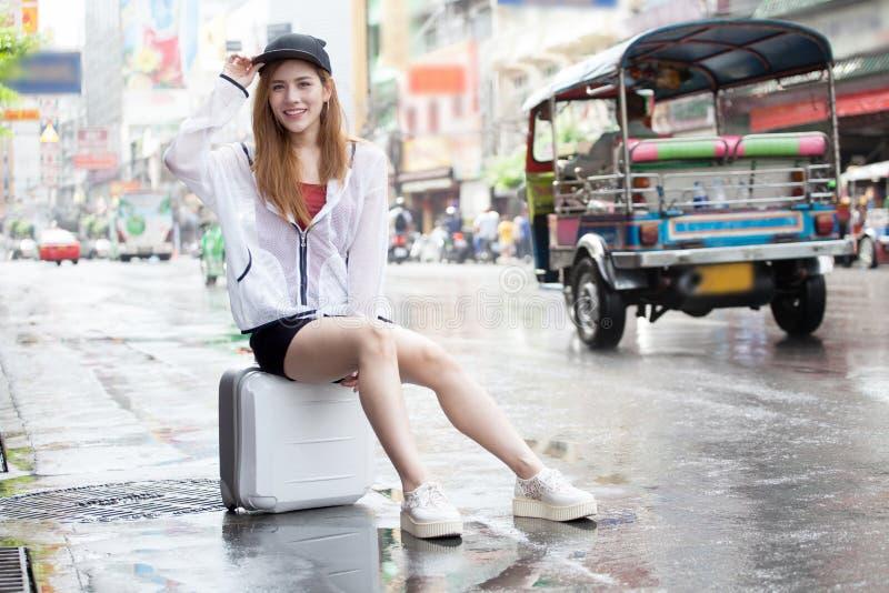 turist- handelsresande för härliga unga asiatiska kvinnor som ler i sammanträde arkivbild