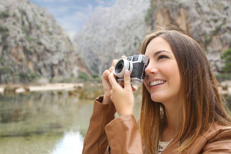 Turist- handelsresandekvinna som fotograferar ett landskap i berget royaltyfri fotografi