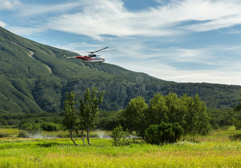 Turist- helikopter som landas nära Khodutkinskiyen Hot Springs Den södra Kamchatka naturen parkerar royaltyfria foton