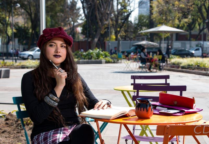 Turist- hipsterflicka i la Condesa, Mexico - stad arkivbild