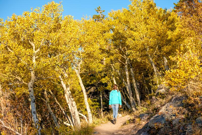 Turist i asp- dunge på hösten royaltyfri bild