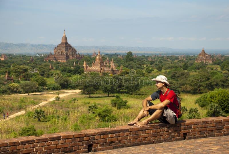 Turist i Bagan royaltyfria bilder