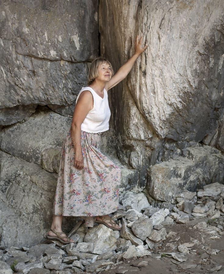 Turist i bergen royaltyfria foton