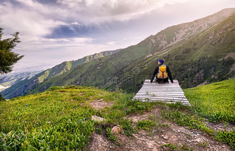 Turist i bergen royaltyfria bilder