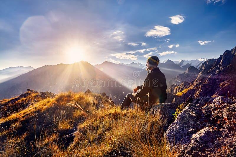 Turist i bergen på soluppgång royaltyfria bilder