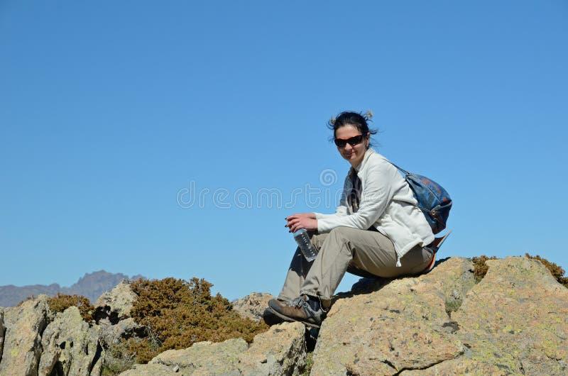 Turist i de korsikanska höga bergen royaltyfri fotografi