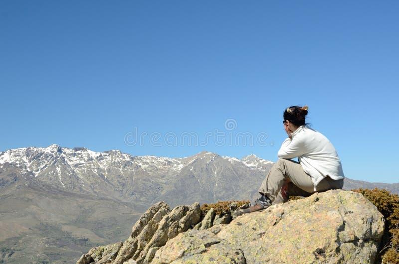 Turist i de korsikanska höga bergen arkivbild