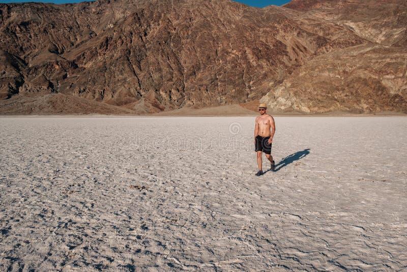 Turist i den Death Valley nationalparken royaltyfri foto