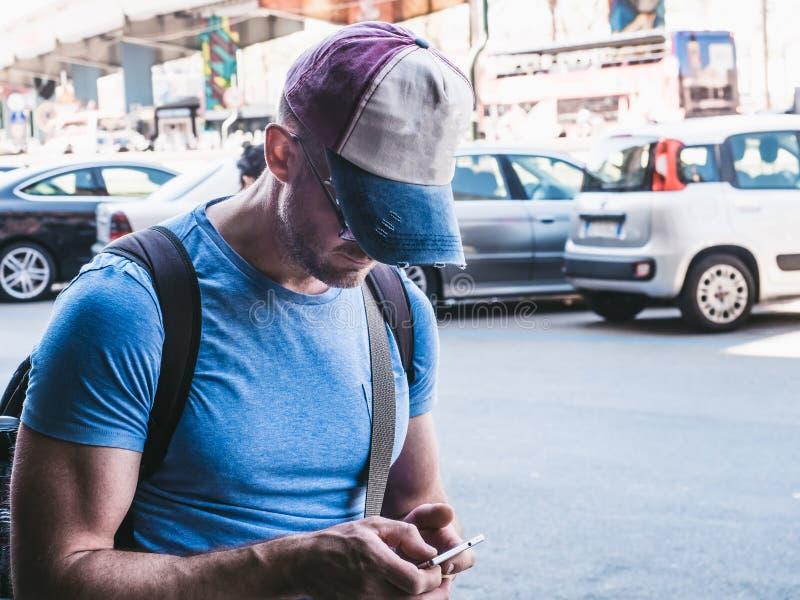 Turist i en baseballmössa och med en ryggsäck arkivbilder