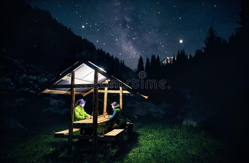Turist i läger på natten royaltyfria bilder