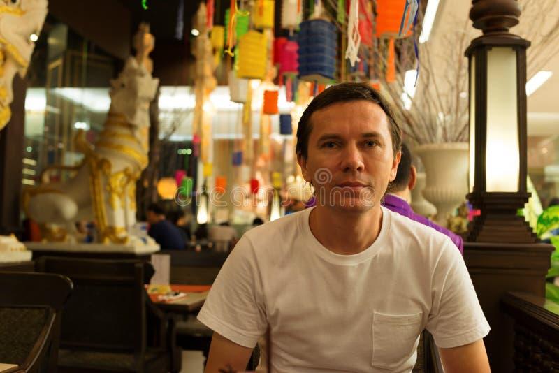 Turist i restaurang royaltyfri foto