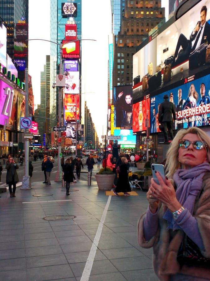 Turist i Times Square, NYC, NY, USA arkivfoton