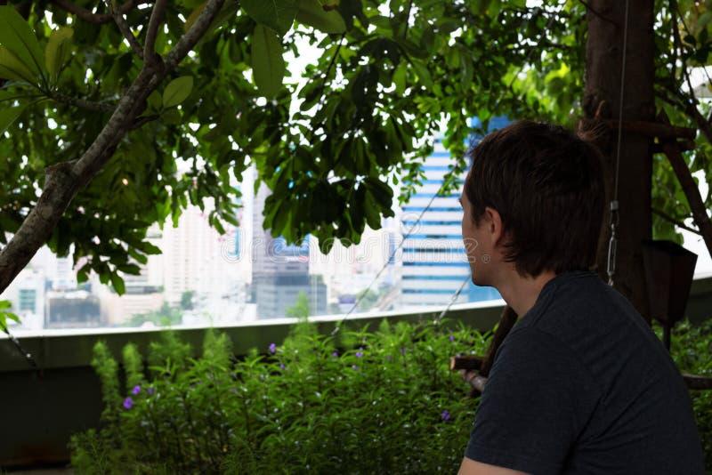 Turist i trädgård arkivfoton