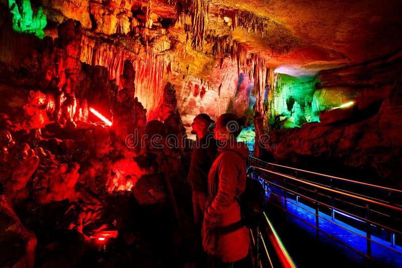 Turist i underjordisk grotta royaltyfria bilder