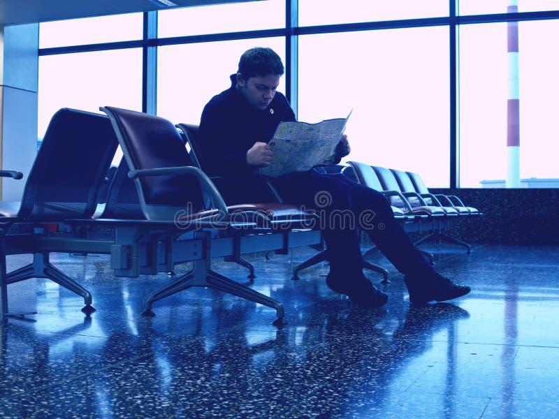 Turist i väntande område i flygplatsen royaltyfri fotografi