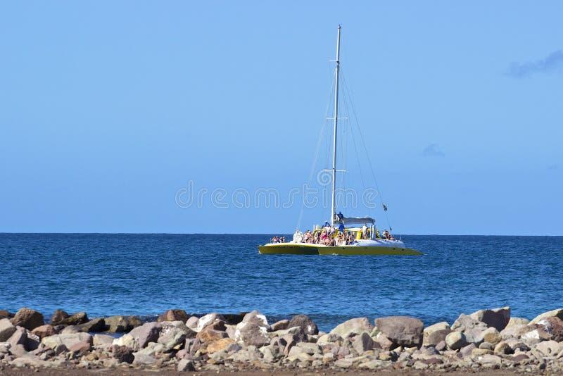 Turist- katamaran i St Kitts som är karibisk royaltyfria bilder