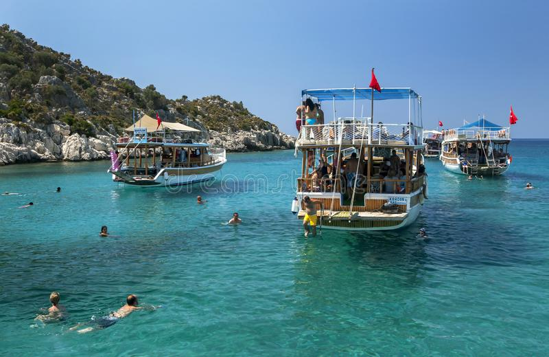 Turist- kryssningfartyg ankrade n?rgr?nsande till den sjunkna staden av Simena royaltyfri foto