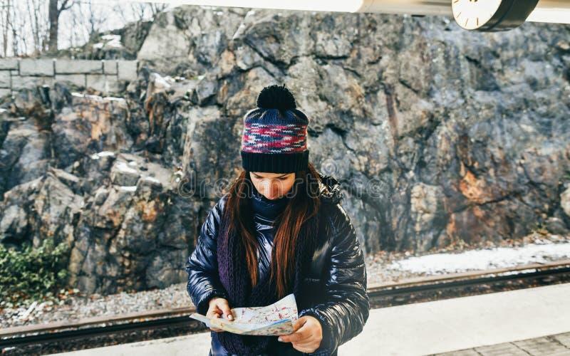 Turist- kvinna för lopplivsstil som ser den Stockholm för plattform för tunnelbanaöversiktsanseende gångtunnelen royaltyfria foton