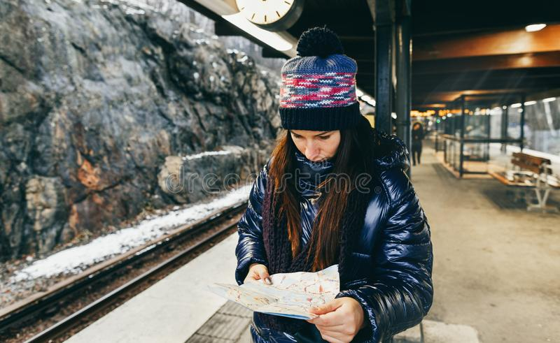 Turist- kvinna f?r lopplivsstil som ser den Stockholm f?r plattform f?r tunnelbana?versiktsanseende g?ngtunnelen royaltyfria bilder