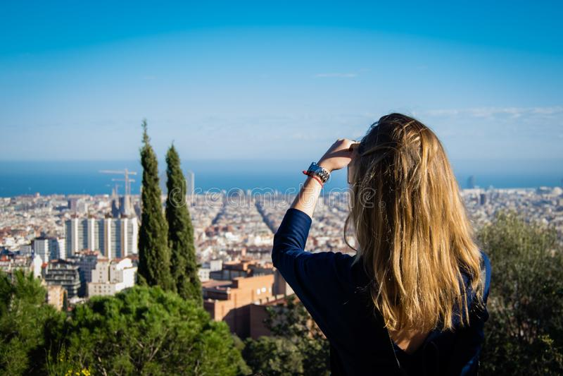 Turist- kvinna från det tillbaka tagande fotoet av Barcelona arkivfoto