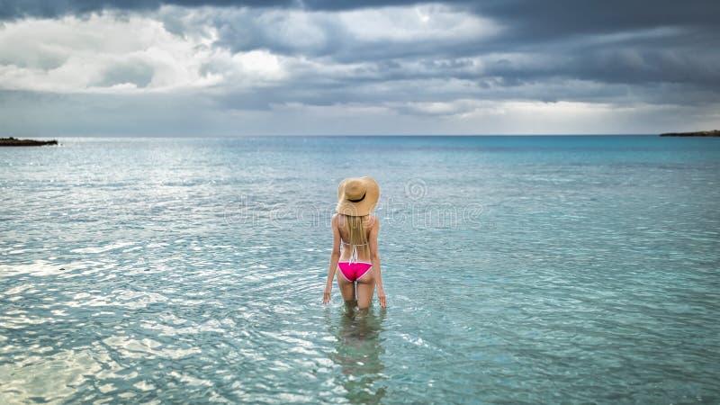 Turist- kvinna i sugrörhattar för sommar i en rosa baddräkt Hawaii, Phuket, Maui Utrymme för text arkivbilder