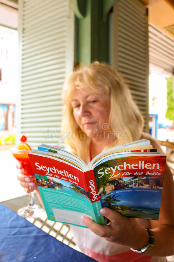 Turist- kvinna med loppresehandboken royaltyfri foto