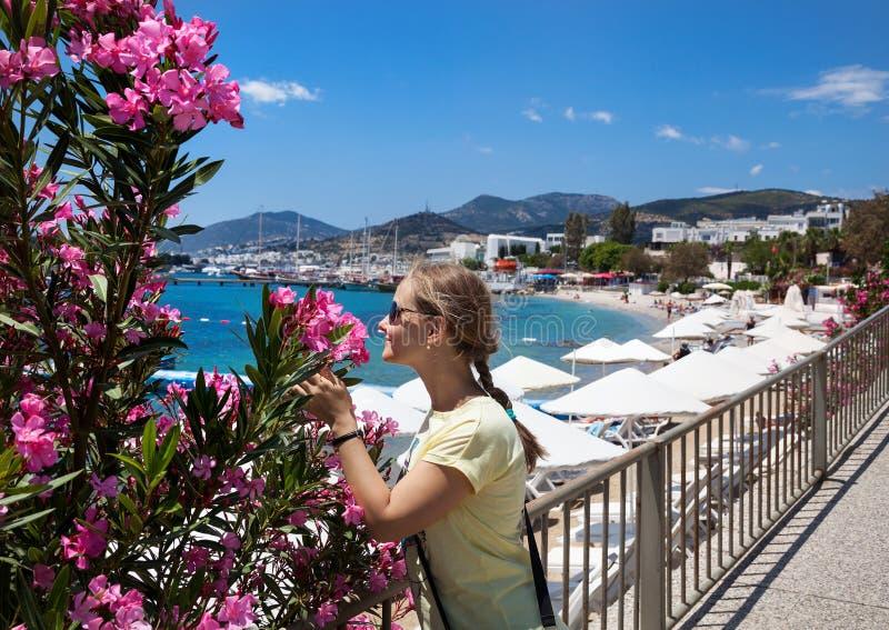 Turist- kvinna på den Bodrum stranden royaltyfria bilder
