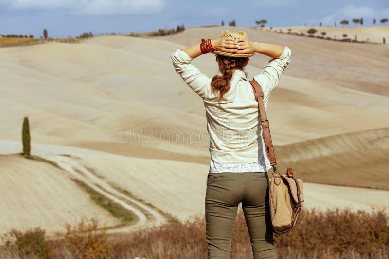 Turist- kvinna på den sommarTuscany slingan som ser in i avstånd royaltyfria foton