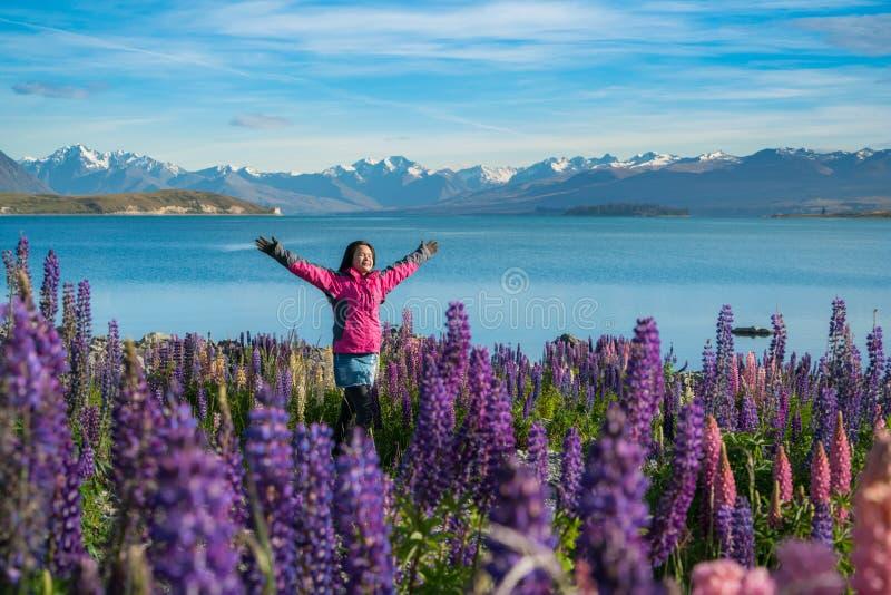 Turist- kvinna på sjön Tekapo, Nya Zeeland arkivbilder