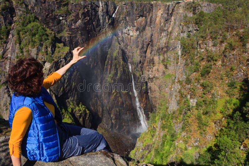 Turist- kvinna vid den Voringsfossen vattenfallet, Norge fotografering för bildbyråer