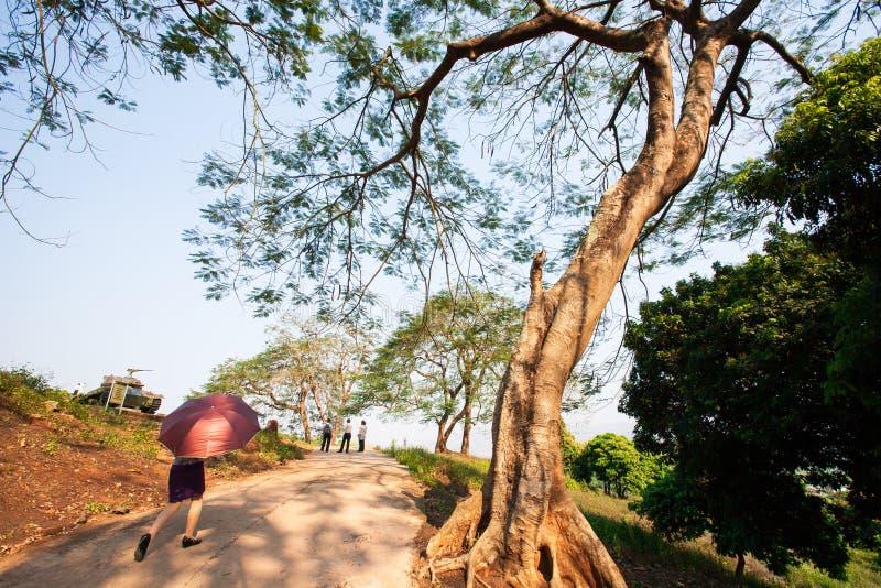 Turist- kvinnor som går i A1 kullen, det viktigaste lägret av royaltyfria bilder