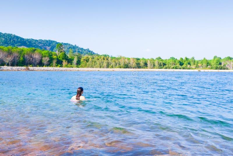 Turist- kvinnor som kopplar av i sötvattensjön, sjön, är i K arkivfoto