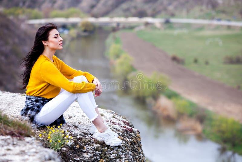 Turist- lycklig kvinna f?r lopp Lopp- och reslustbegrepp som f?rbluffar atmosf?riskt ?gonblick Lycklig kvinnaresande Verklig attr royaltyfria foton