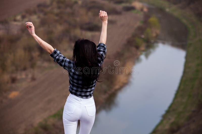 Turist- lycklig kvinna f?r lopp Lopp- och reslustbegrepp som f?rbluffar atmosf?riskt ?gonblick Lycklig kvinnaresande Verklig attr royaltyfri fotografi