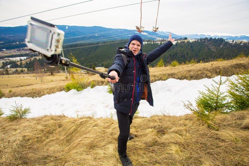 Turist- man som fotvandrar i berg och att ta selfie på handlingkamera arkivbild