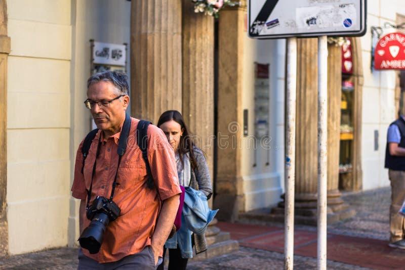 Turist med en kamera runt om hans hals royaltyfri bild