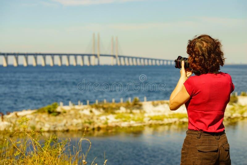 Turist med kameran och den Oresund bron Sverige royaltyfria foton