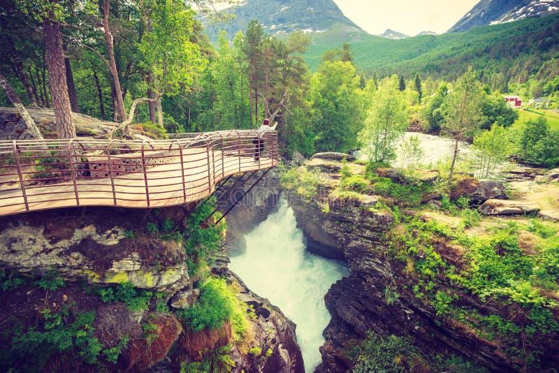 Turist med kameran p? den Gudbrandsjuvet vattenfallet, Norge royaltyfria bilder