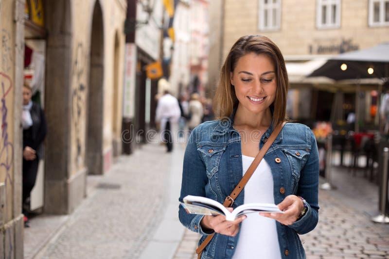 Turist med resehandboken arkivbilder
