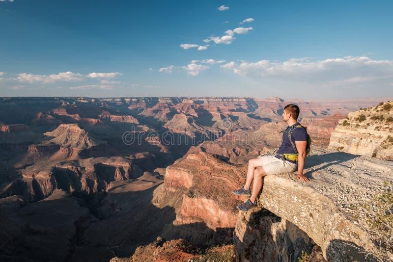 Turist med ryggsäcken på Grand Canyon fotografering för bildbyråer