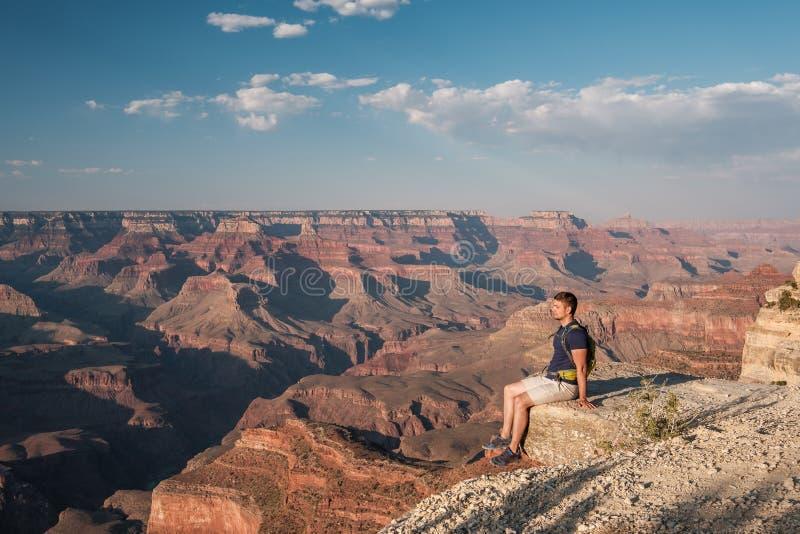 Turist med ryggsäcken på Grand Canyon royaltyfria foton