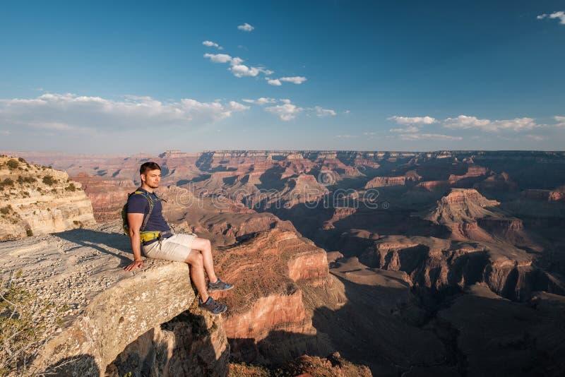 Turist med ryggsäcken på Grand Canyon royaltyfri fotografi