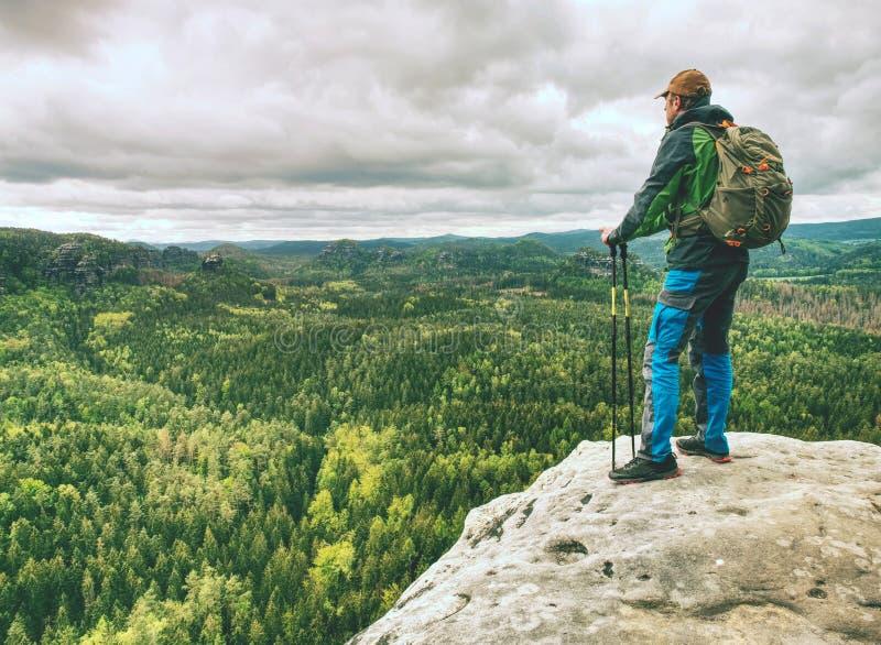 Turist med ryggsäckvandring på trek berg som trekking arkivfoto