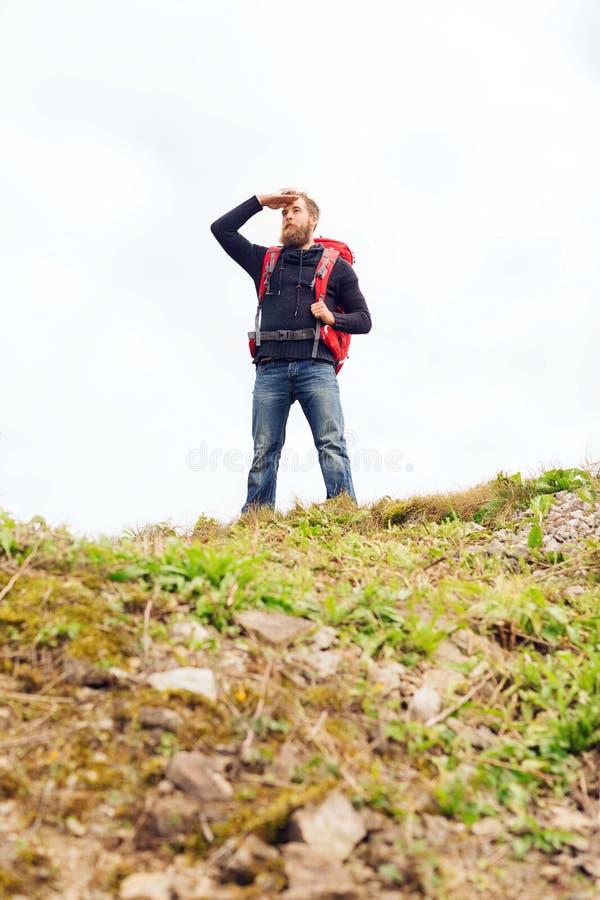 Turist med skägget och ryggsäck som långt borta ser royaltyfria foton