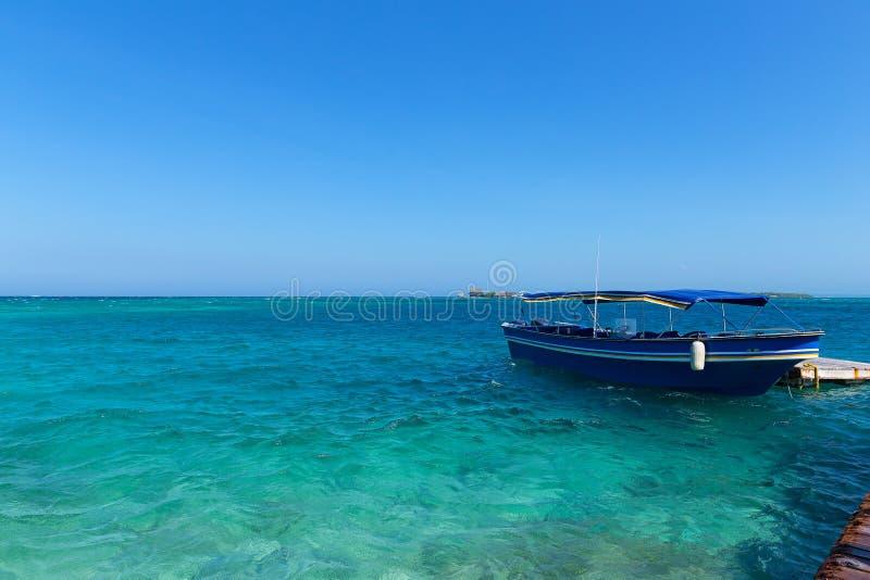 Turist- motorbåt nära del Rosario Islands, Colombia royaltyfria bilder