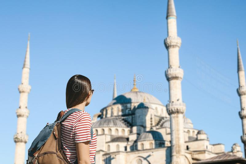 Turist nära den blåa moskén i Istanbul arkivbild