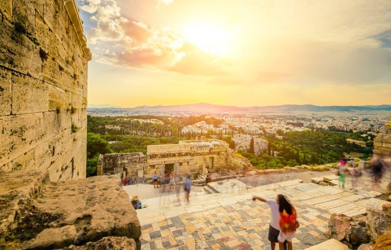Turist nära ingången till akropolen, Aten, Grekland arkivbilder