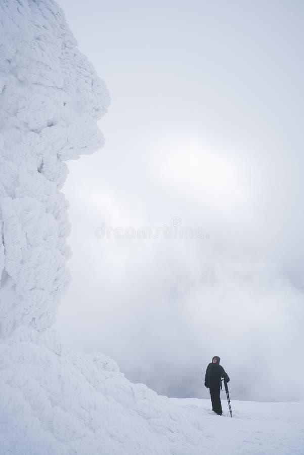 Turist- near frost vaggar på i bergvandring fotografering för bildbyråer
